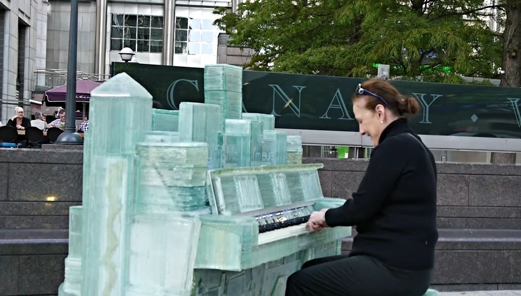 glass-piano-in-london2.jpg